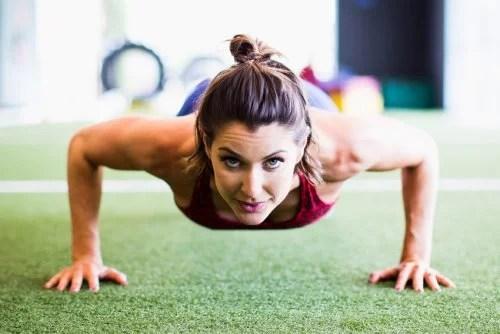 Mujer realizando abdominales en plancha.