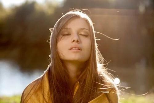Mujer-joven-con-los-ojos-cerrados