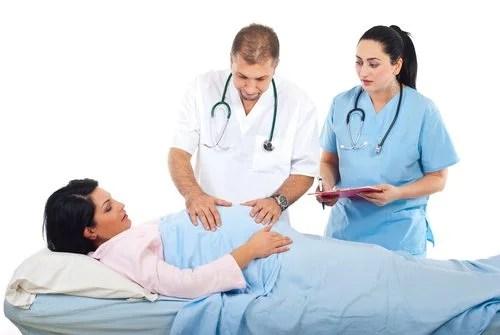 embarazada con médico y enfermera