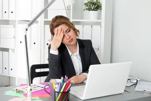 mujer cansada en la oficina