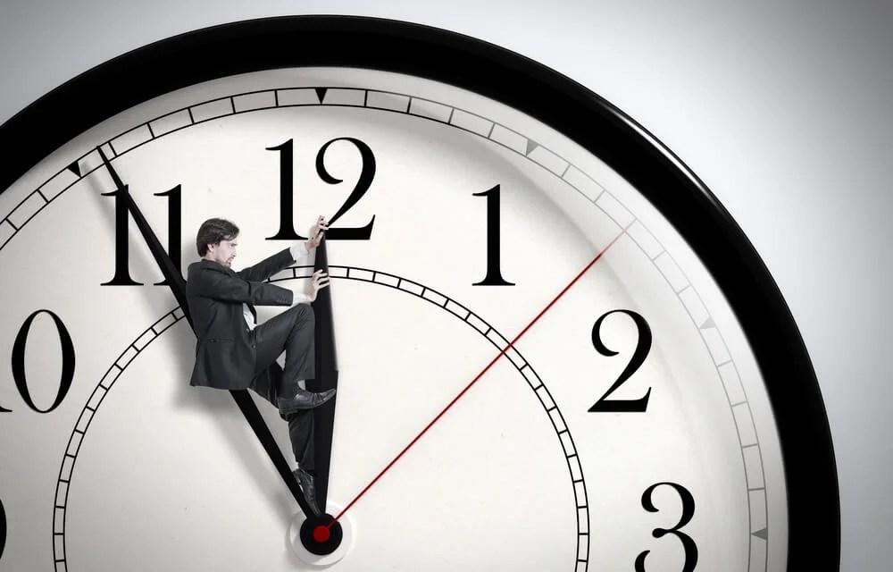 Hombre adelantando un reloj
