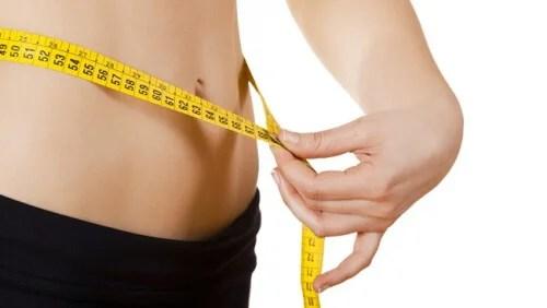 Hacer ejercicio y seguir una dieta ayuda a quemar grasa.