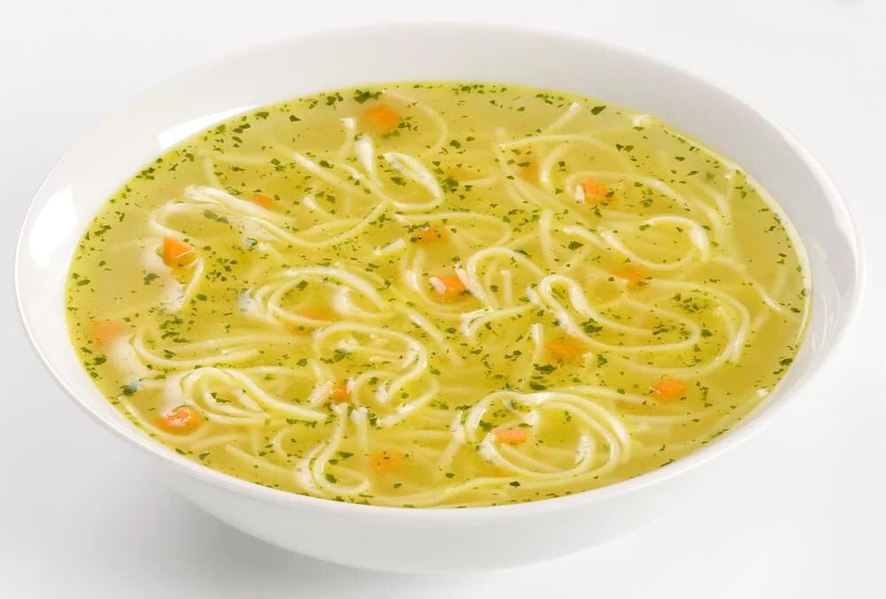 Sopa de fideos saludable.