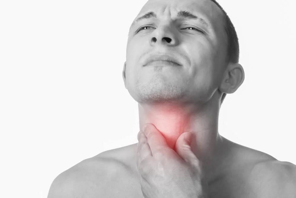Hombre con la garganta enrojecida.