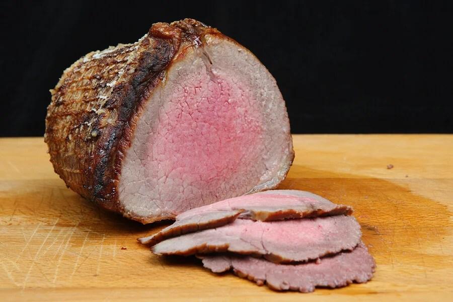 Trozo de carne roast-beef cortado en láminas.