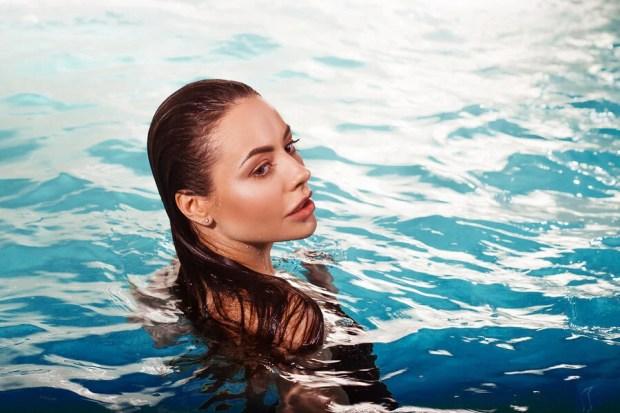 Proteger el pelo del cloro cuando está teñido