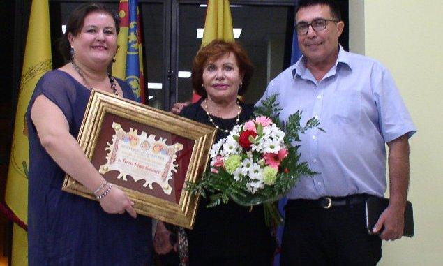 Dña. Teresa Pérez Giménez con su hijo Alejandro y la Presidenta de la Associació de Comerciants Benetússer Beni García