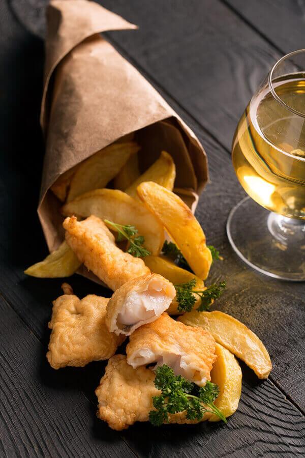 Receta tradicional inglesa de pescado y patatas fritas rebozado con cerveza