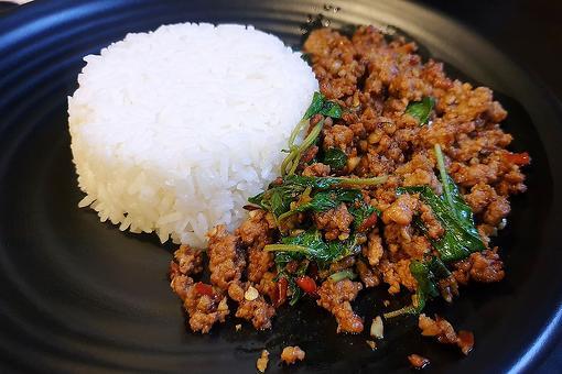 Carne molida tailandesa con albahaca y jalapeño