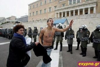 Cum arată un protestatar normal, nu cel mascat - are curajul să-şi arate faţa, chiar dacă a venit cu mama!
