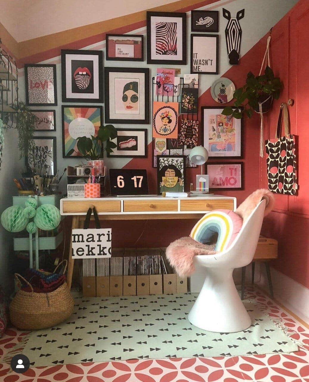 This office corner is a masterclass in eclectic colourfulness! Instagram: @soozidanson