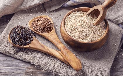 Schwarze, rote und weiße Quinoa-Körner