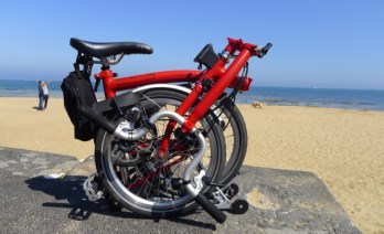 Red Brompton by the seaside - @daynaa2000