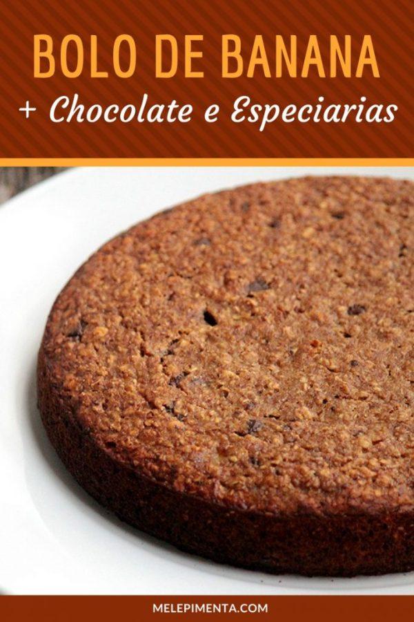 Bolo de banana com chocolate amargo e especiarias - Uma receita deliciosa e fácil de fazer. Esse bolo é rico em fibras, saudável e ainda tem os pedaços de chocolate para surpreender a cada mordida.
