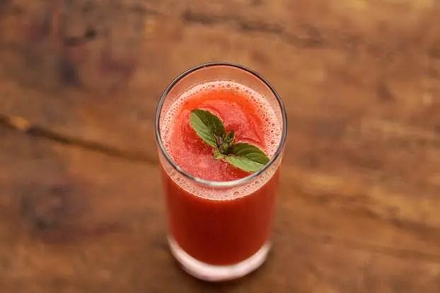Suco de morango, bergamota e manjericão