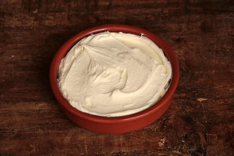 Queijo mascarpone - Você pode fazer um queijo mascarpone em casa, confira a receitas e as dicas para fazer mascarpone em casa e economizar. Esse queijo pode ser usado para os mais variados preparos como: massas, arroz, molhos, entradas, sorvetes e muitas sobremesas como o tiramissu. Faça queijo mascarpone caseiro.