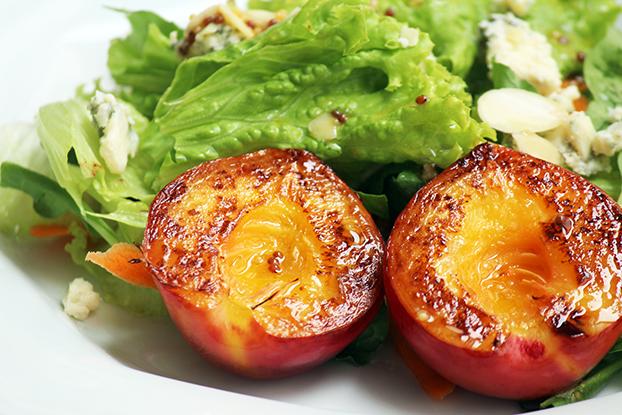 Mix de folhas com nectarinas grelhadas e gorgonzola