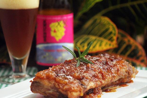Costelinha de porco assada com chutney de maçã