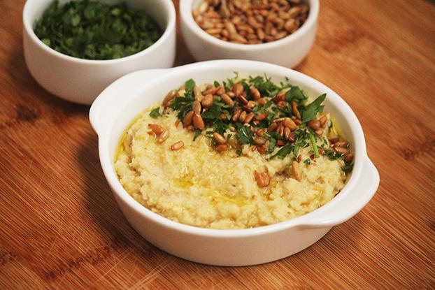 Pasta de couve-flor e sementes de girassol