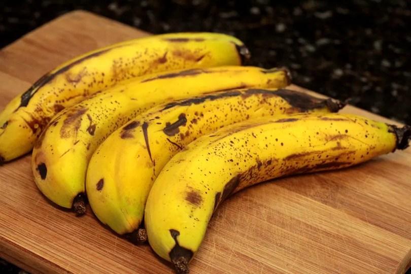 Bolo de banana com casca e aveia - Saudável e delicioso