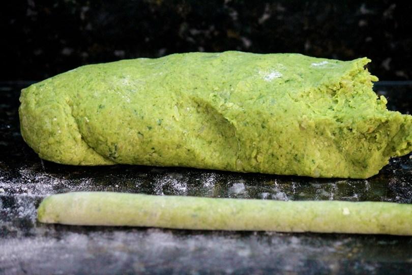 Nhoque de batata-doce com espinafre - Uma receita saudável, fácil de fazer e simplesmente deliciosa. Com poucos ingredientes e de forma natural você terá nhoques verdes, coloridos e deliciosos. Eles são uma ótima opção para o dia 29, dia do nhoque, mas também caem bem em qualquer dia. Para manter a cor eu fiz apenas um molho de manteiga com tomilho, e finalizei nhoques grelhados na frigideira.