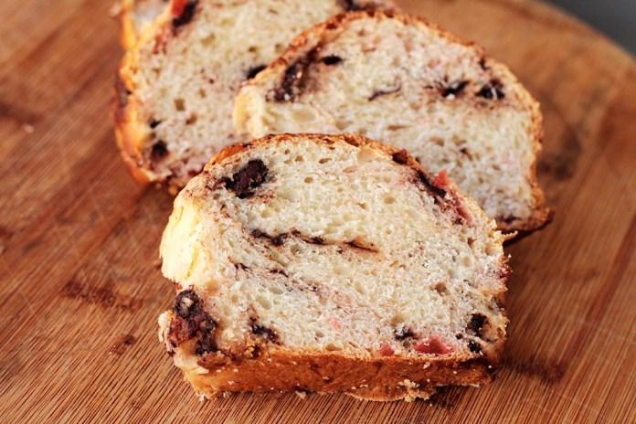 Pão doce de chocolate com cereja