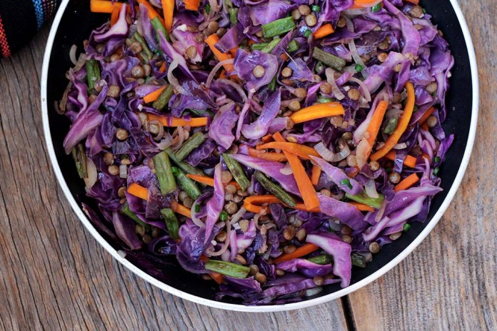 Repolho refogado com lentilha e legumes