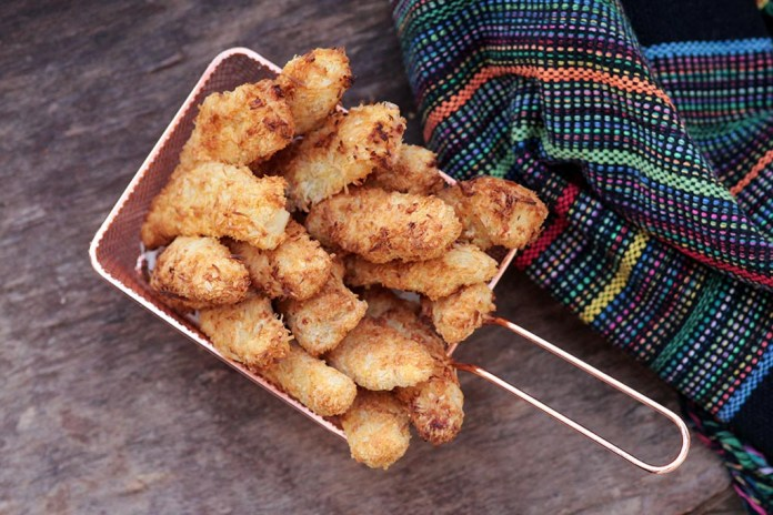 Iscas de frango empanadas com coco