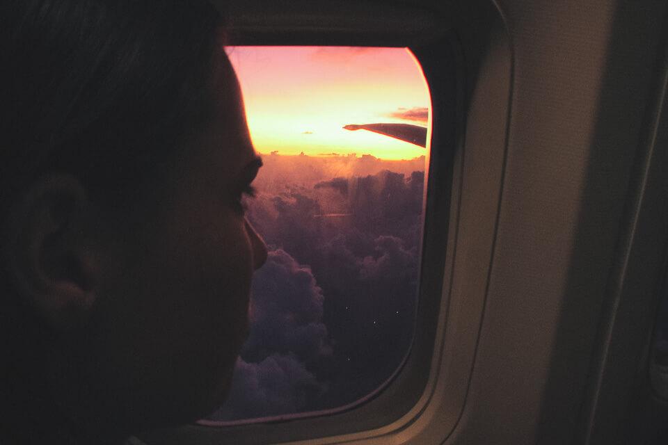 Pôr do sol pela janela do avião