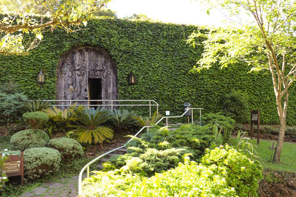 O que ver e fazer em Canela? Visitar um alambique com jardim verde