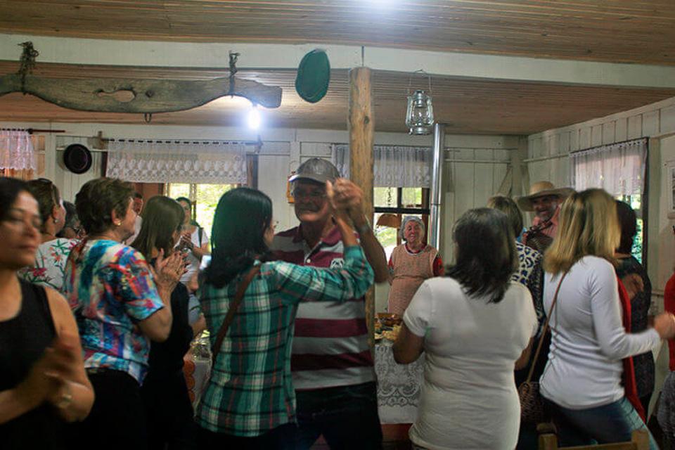 Tour o Quatrilho, um roteiro de agroturismo na Serra Gaúcha dança