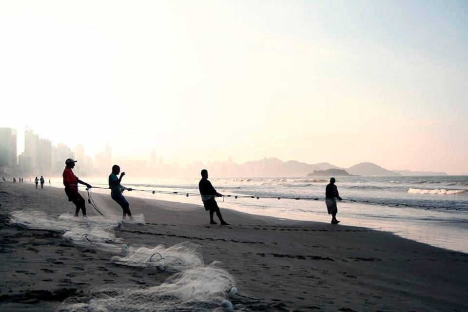 Pesca artesanal na praia de Balneário Camboriú