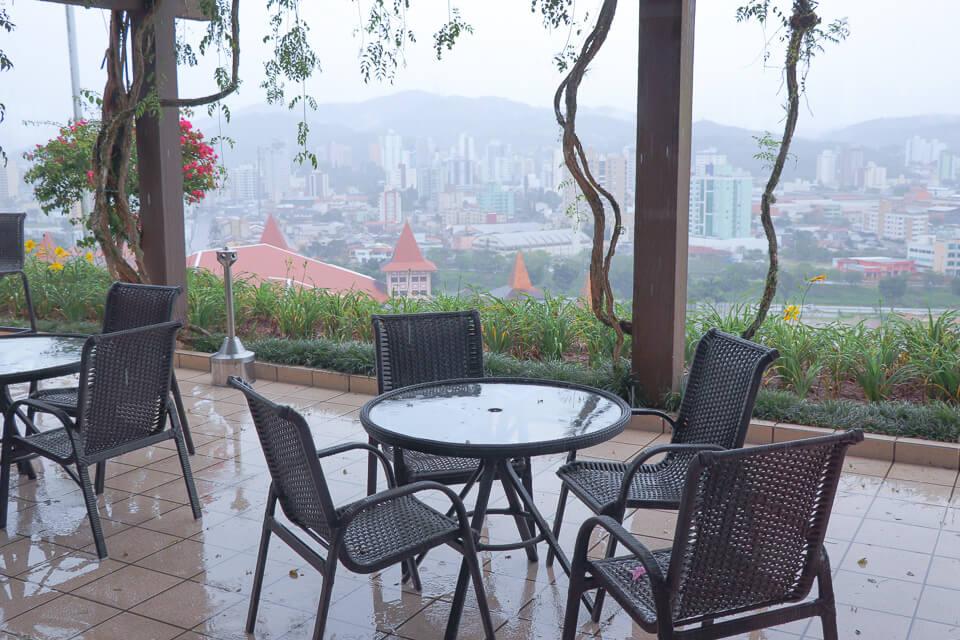 Hotel Monthez tem varanda com vista para a cidade