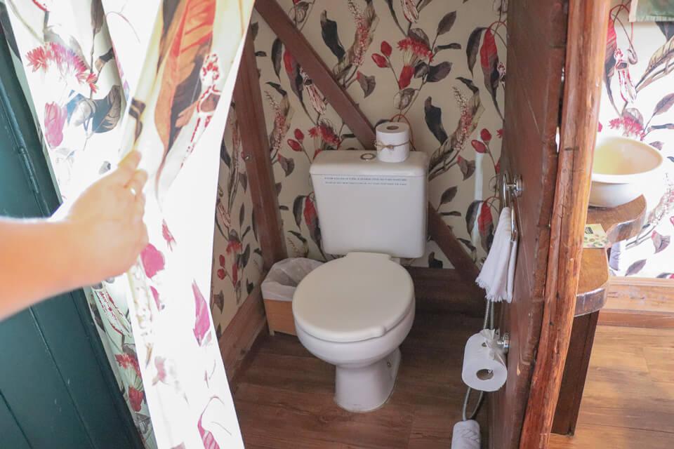 Como são os banheiros das barracas do Parador Casa da Montanha