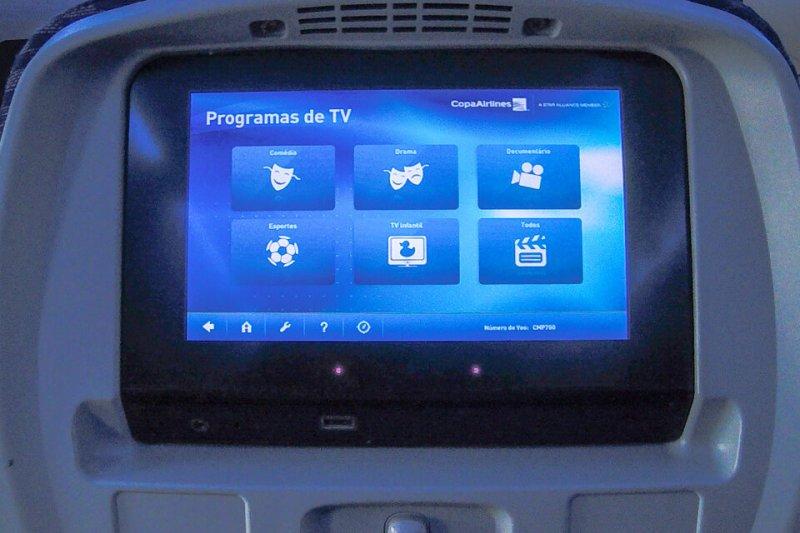 Como é voar Copa Airlines? tela de TV da classe econômica