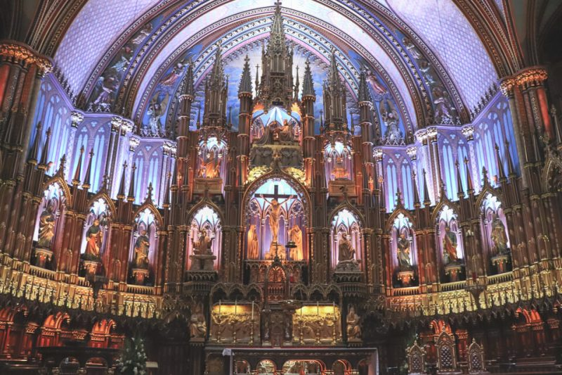 Altar com muitos detalhes e colorido da Basílica de Notre Dame de Montreal
