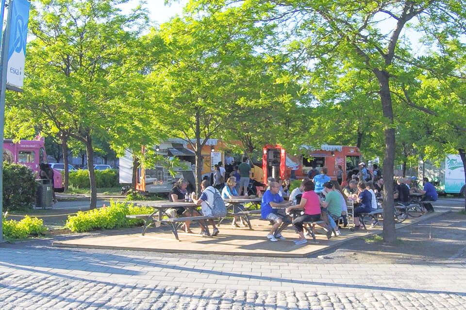 Onde comer em Montreal, Old Port Food trucks com mesas na sombra