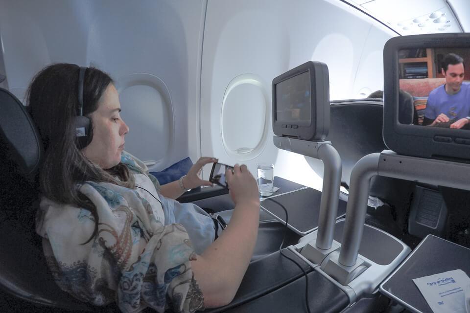 Como é voar Copa Airlines? telas de TV da classe executiva (business)