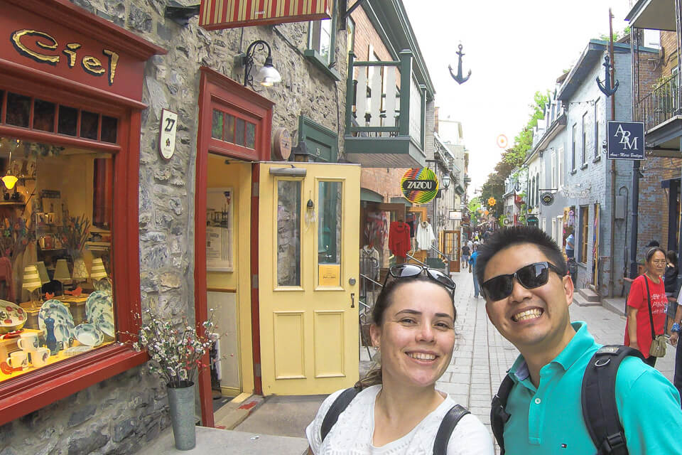 """A gente """"turistando"""" pela Petit-Champlain District… não podíamos ficar de fora da galera!"""