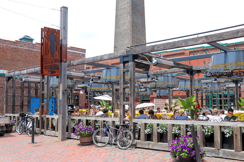 Distillery District - Mesas externas para comer