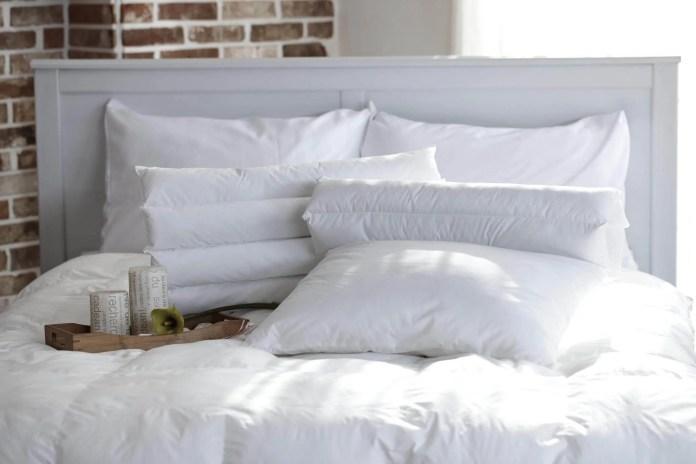 Cama com vários travesseiros