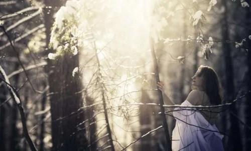 Mulher tentando superar o luto na floresta