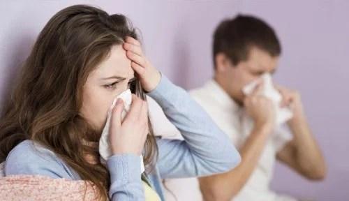 Casal com gripe se cuidando em casa