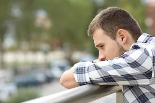 Homem triste com pensamento negativo