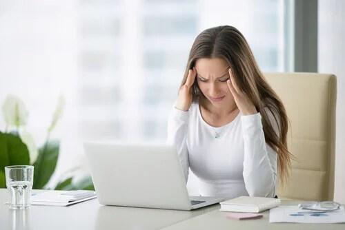 Mulher estressada e com dor de cabeça