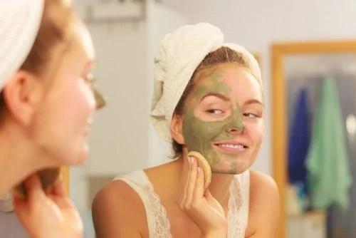 Mulher tirando máscara facial