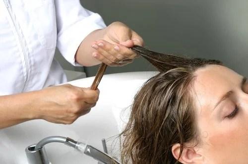 Cabelereira aumentando volume do cabelo de freguesa