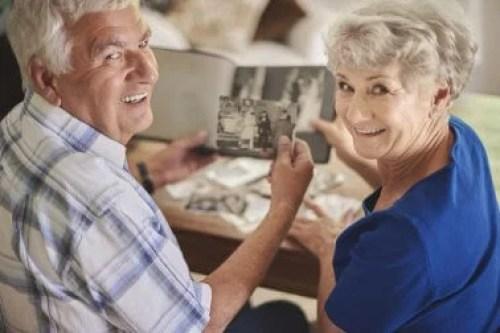 Pessoas olhando para fotos que trazem lembranças