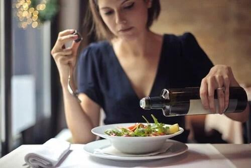 Mulher se alimentando de forma saudável