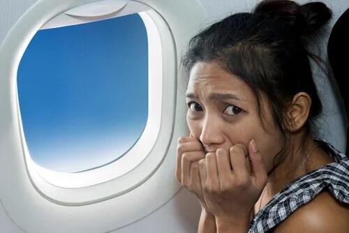 Mulher com ataque de pânico dentro de avião